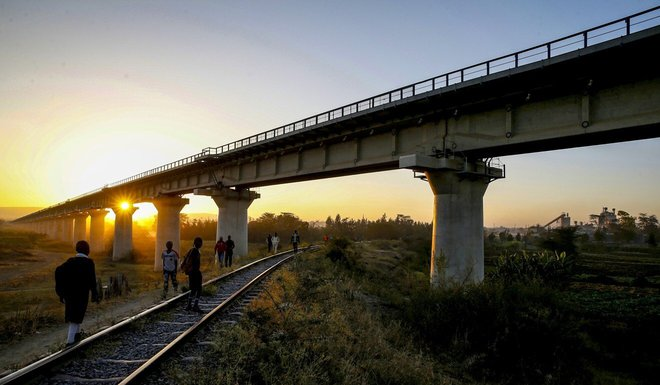 Xây cao tốc, thu nợ qua phí cầu đường: Trung Quốc dùng chiêu gì với những con nợ khó đòi? - Ảnh 2.
