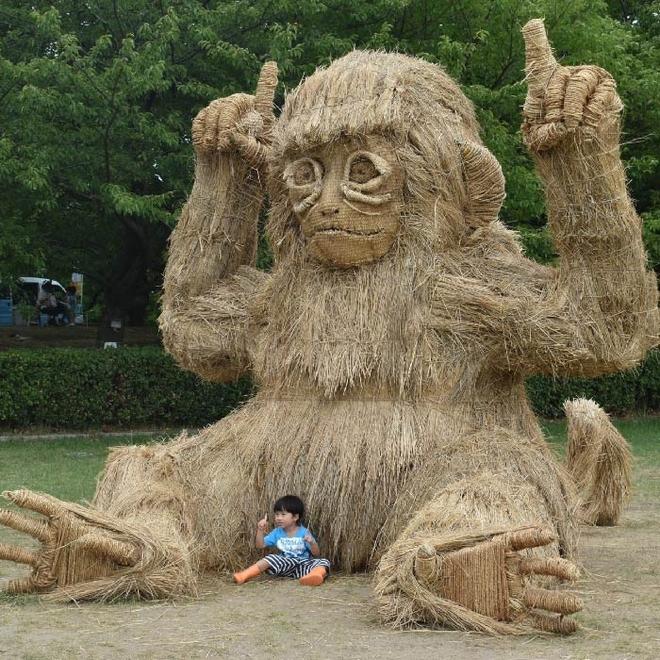 Kinh ngạc loạt quái vật rơm khổng lồ trên cánh đồng Nhật Bản - Ảnh 9.
