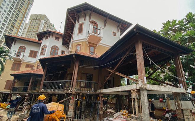 Cận cảnh căn biệt thự ngàn tấn ở phố nhà giàu Sài Gòn được 'thần đèn' nâng cao 2m để chống ngập
