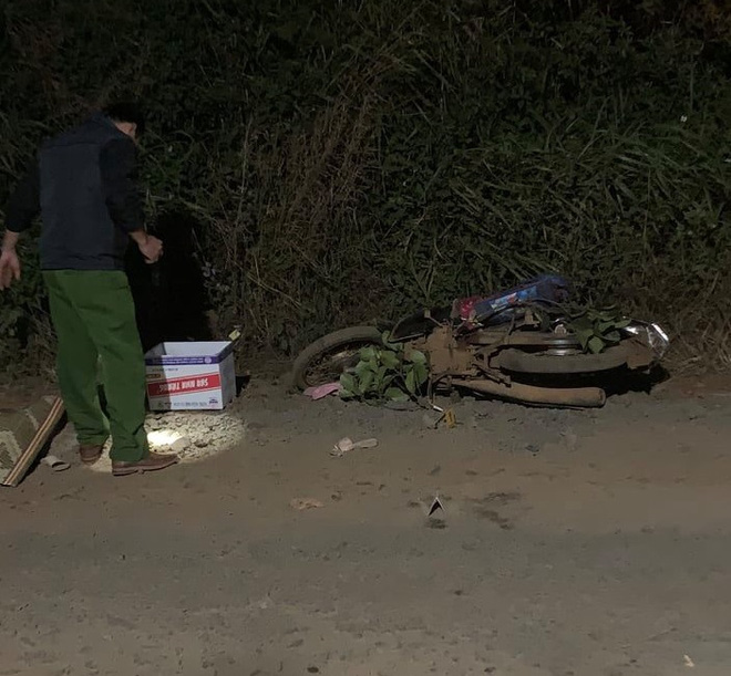 Mẹ đau đớn ôm thi thể con gào khóc  sau tai nạn trên quốc lộ - Ảnh 1.
