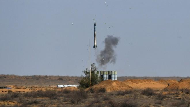 """Tàu Iran bốc cháy dữ dội, Israel phóng tên lửa """"đỏ rực"""" bờ biển - Máy bay Nga gầm rú không kích mục tiêu ở Syria - Ảnh 1."""