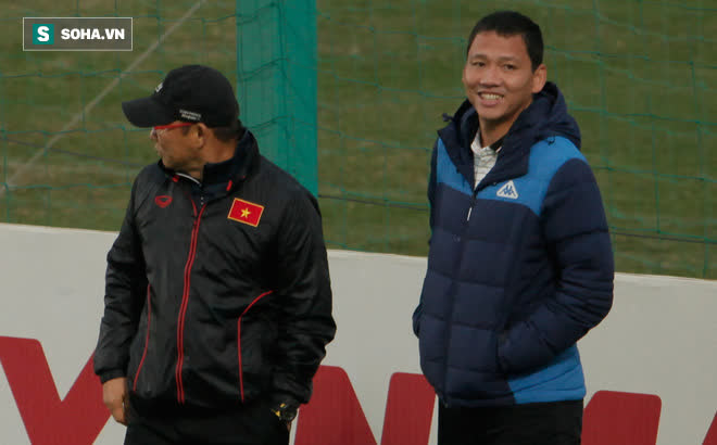 Anh Đức bất ngờ xuất hiện ở sân tập của ĐT Việt Nam, trò chuyện rất lâu với thầy Park