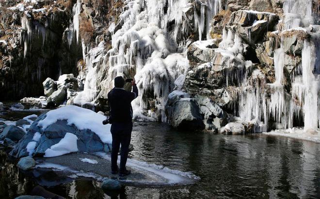 24h qua ảnh: Du khách chiêm ngưỡng thác nước đóng băng ở Ấn Độ