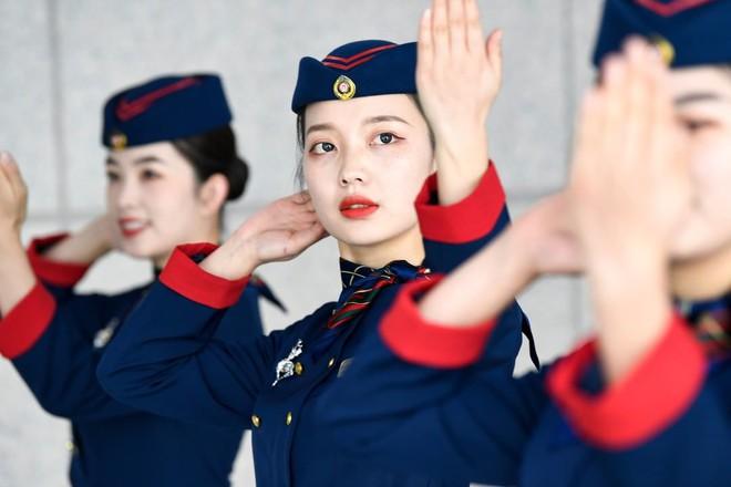 24h qua ảnh: Nữ sinh Trung Quốc chăm chỉ luyện tập múa - Ảnh 3.