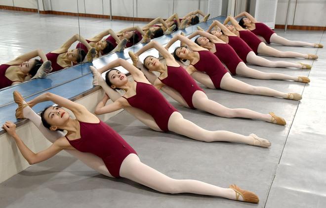 24h qua ảnh: Nữ sinh Trung Quốc chăm chỉ luyện tập múa - Ảnh 5.