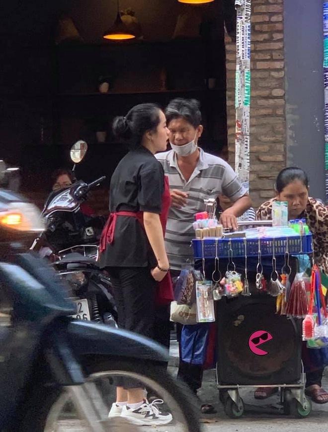 Nữ nhân viên chạy về phía cặp đôi bán hàng rong, hành động sau đó khiến khách trong quán theo dõi chăm chú - Ảnh 1.