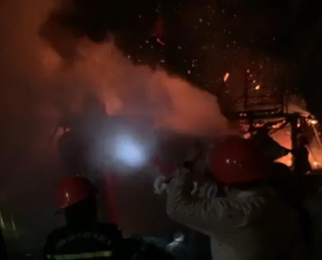 Quảng Bình: 1 tàu cá bất ngờ bốc cháy ngùn ngụt trong đêm - Ảnh 1.