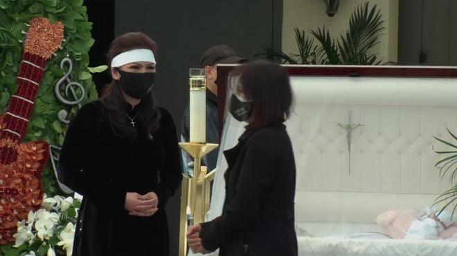 Phương Loan thất thần, liên tục lau nước mắt khi đứng cạnh linh cữu cố nghệ sĩ Chí Tài - Ảnh 12.