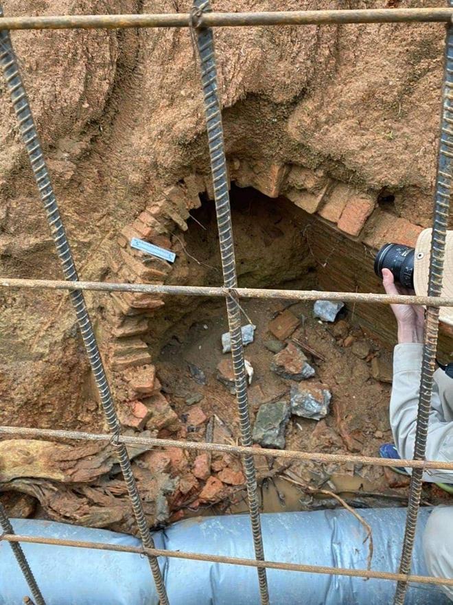 Đào đất làm mương nước phát hiện ngôi mộ cổ hình dáng kỳ bí 2000 năm tuổi - Ảnh 1.