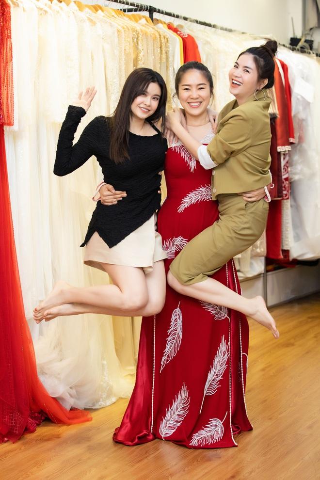 Lê Phương mặc áo dài, bế bổng Trương Quỳnh Anh và Kha Ly - Ảnh 7.