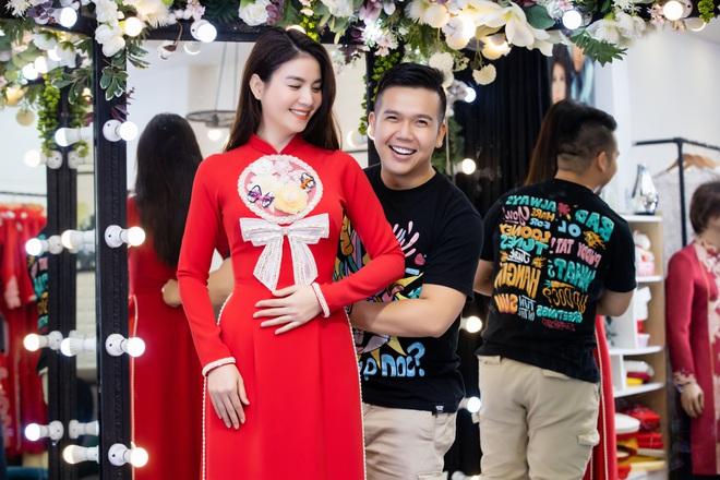 Lê Phương mặc áo dài, bế bổng Trương Quỳnh Anh và Kha Ly - Ảnh 1.