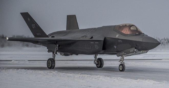 """F-35 chỉ thị mục tiêu cho tên lửa Mỹ """"tấn công tan xác"""" S-400 Nga trong tập trận - Ảnh 1."""
