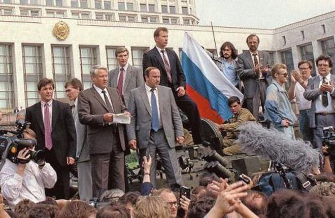 Vì sao khủng khiếp như KGB vẫn không cứu được Liên Xô sụp đổ? - Ảnh 6.