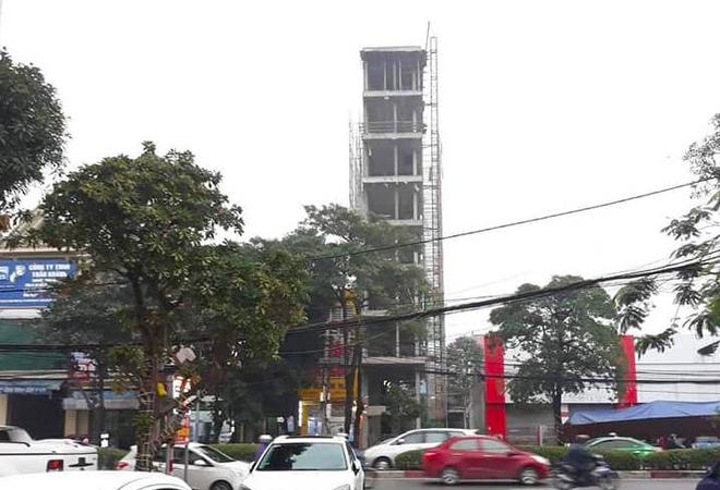 Căn nhà tầng cao chót vót đang xây giữa thành phố Vinh vướng nhiều sai phạm - Ảnh 2.