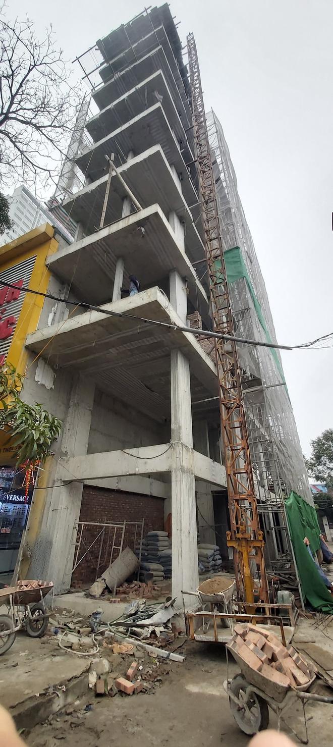 Căn nhà tầng cao chót vót đang xây giữa thành phố Vinh vướng nhiều sai phạm - Ảnh 3.