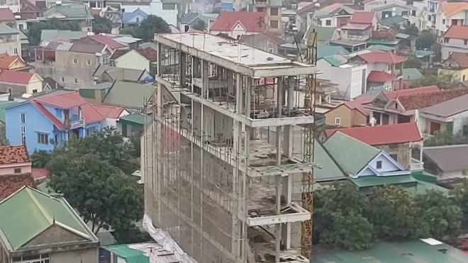 Căn nhà tầng cao chót vót đang xây giữa thành phố Vinh vướng nhiều sai phạm - Ảnh 4.
