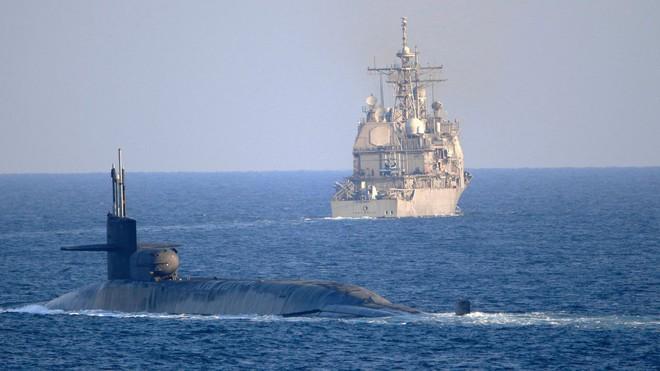 Hải quân Mỹ có hành động lạ, mang cả kho tên lửa đến Vịnh Ba Tư: TT Trump sợ Iran làm liều? - Ảnh 1.