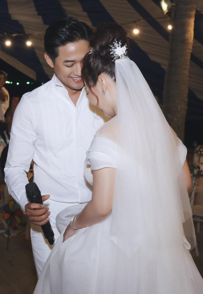 Quý Bình bế bổng vợ tại tiệc báo hỷ ở Phú Quốc và sự cố khó quên - Ảnh 5.