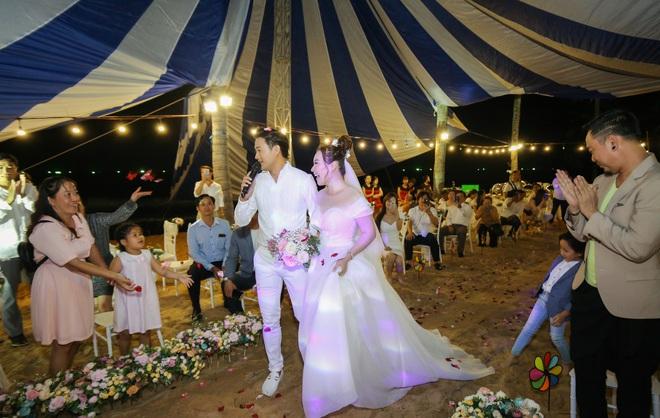 Quý Bình bế bổng vợ tại tiệc báo hỷ ở Phú Quốc và sự cố khó quên - Ảnh 7.