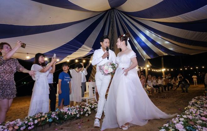 Quý Bình bế bổng vợ tại tiệc báo hỷ ở Phú Quốc và sự cố khó quên - Ảnh 6.