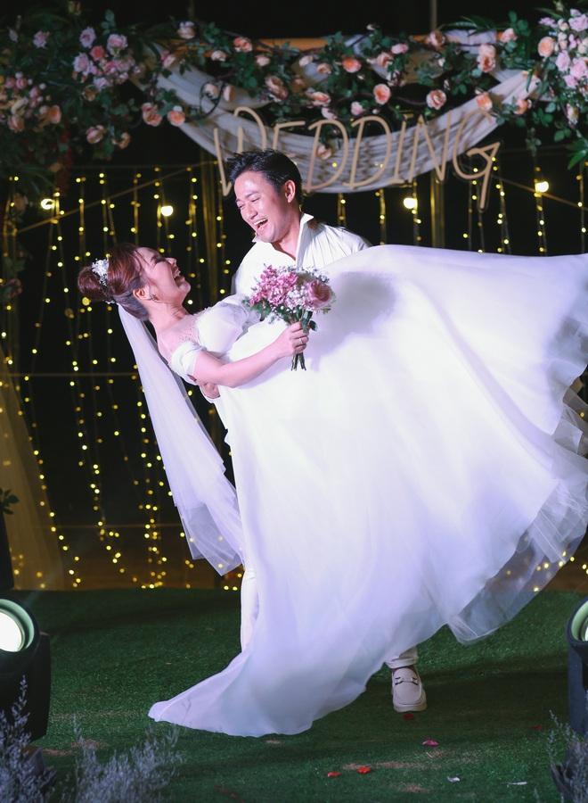Quý Bình bế bổng vợ tại tiệc báo hỷ ở Phú Quốc và sự cố khó quên - Ảnh 10.