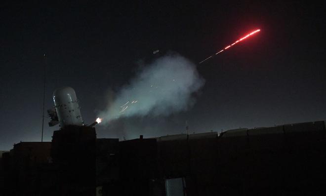 Cơn mưa rocket nã xuống Đại sứ quán Mỹ ở Baghdad: Lộ vũ khí đánh trả cực kỳ lợi hại! - Ảnh 2.