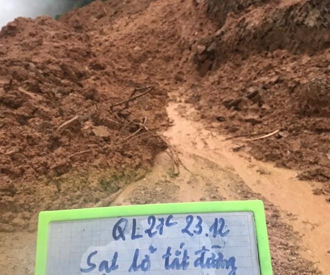 Quốc lộ 27C nối Nha Trang - Đà Lạt tiếp tục bị sạt lở, gây ách tắc giao thông - Ảnh 1.