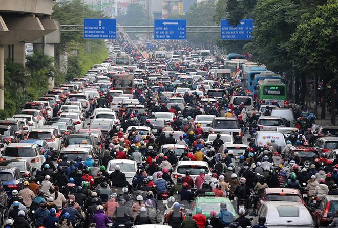 Người dân Thủ đô lại bị ám ảnh tắc đường những ngày cuối năm - Ảnh 3.