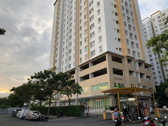 Người phụ nữ 63 tuổi nghi rơi từ tầng 16 chung cư Sunview Town ở Sài Gòn - Ảnh 1.