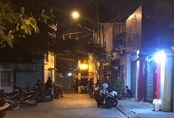Thanh niên tử vong trong tư thế quỳ, tay chân bị trói, đầu quấn băng keo kín ở Sài Gòn - Ảnh 1.