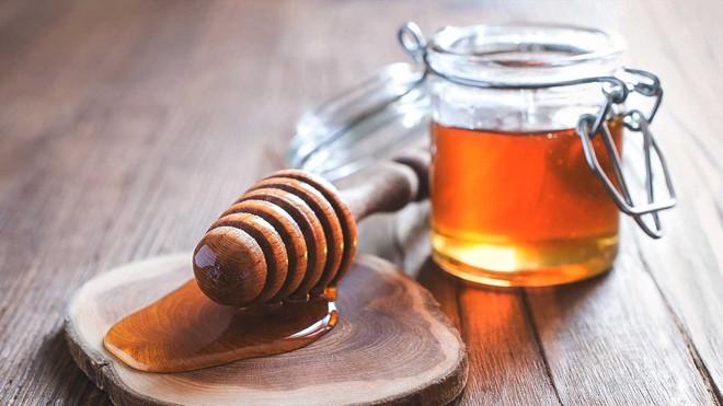 Mẹo dân gian dùng mật ong, dầu dừa cho bé yêu mùa lạnh - Ảnh 1.