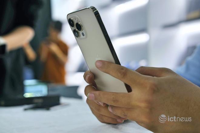 Hàng loạt smartphone xả kho, giá rẻ cuối năm - Ảnh 1.