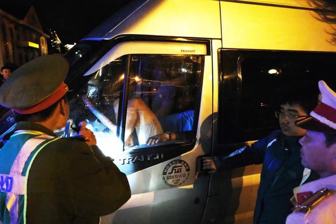 Triệu tập tài xế cố thủ trong xe khách để livestream, chống đối công an - Ảnh 1.