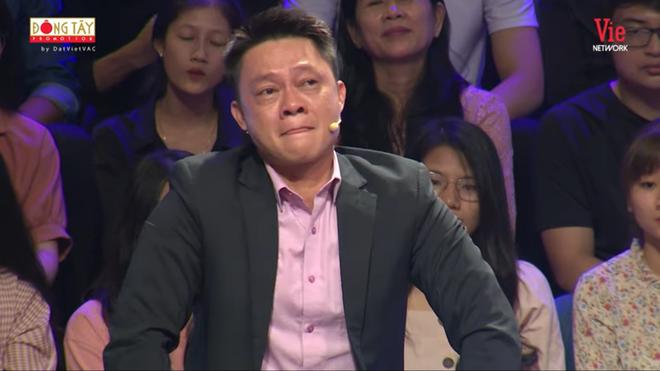BTV Quang Minh nức nở khóc, MC Lại Văn Sâm phải an ủi - Ảnh 1.