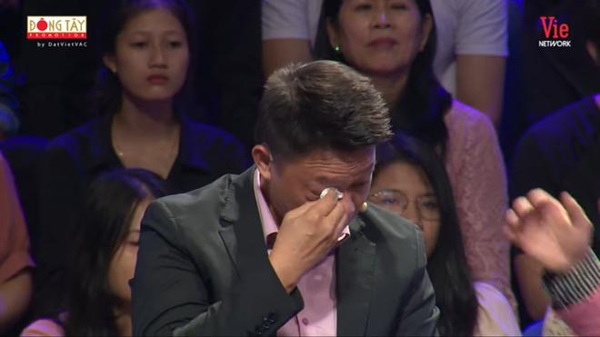 BTV Quang Minh nức nở khóc, MC Lại Văn Sâm phải an ủi - Ảnh 3.