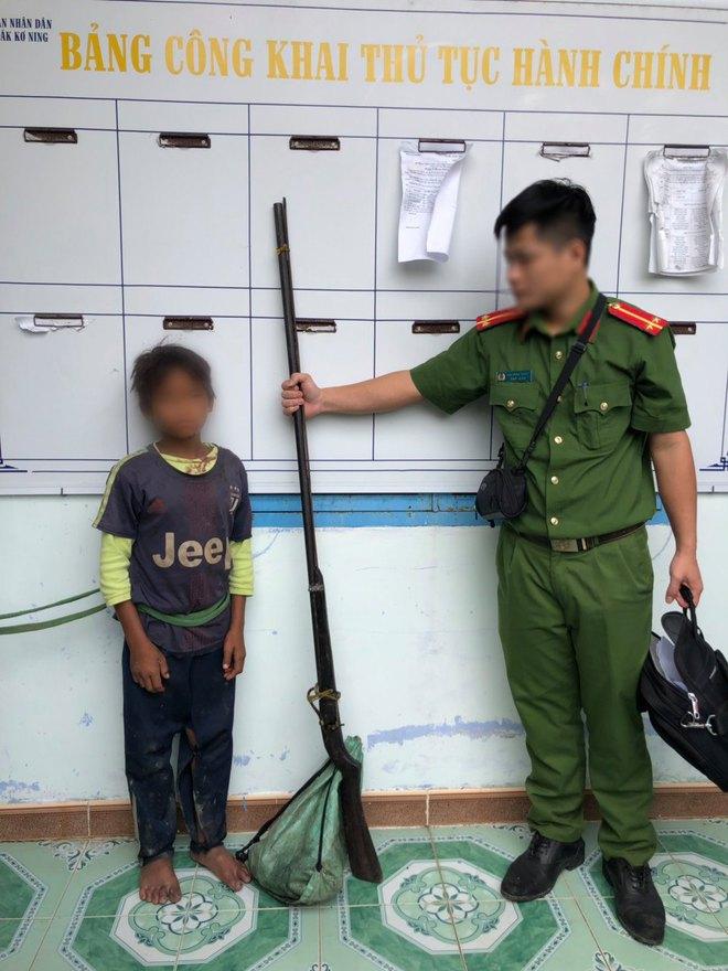 Hung thủ nhí 10 tuổi khai bắn cả gia đình 3 người khi đang ăn cơm là để trả thù - Ảnh 1.