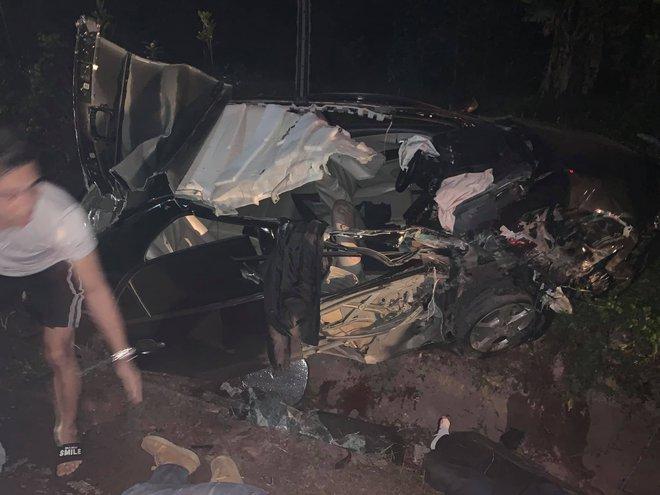 Ô tô biển xanh đâm vào xe container đang lùi từ nhà hàng ra đường, 4 người bị thương - Ảnh 1.