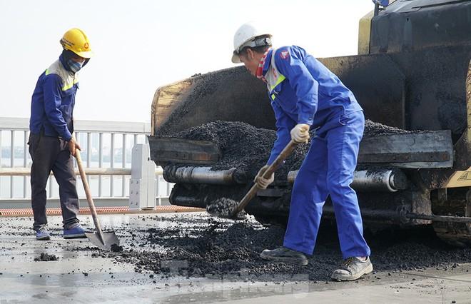 Cận cảnh đại công trường sửa chữa mặt cầu Thăng Long trước ngày thông xe - Ảnh 1.