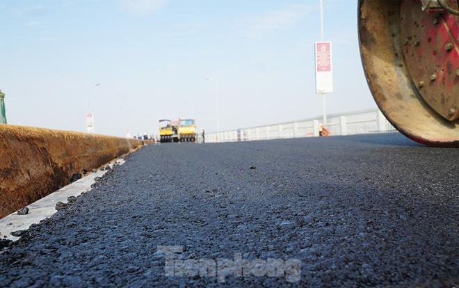 Cận cảnh đại công trường sửa chữa mặt cầu Thăng Long trước ngày thông xe - Ảnh 12.