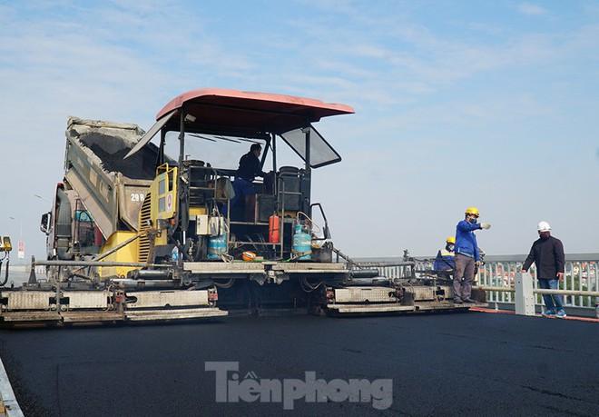Cận cảnh đại công trường sửa chữa mặt cầu Thăng Long trước ngày thông xe - Ảnh 8.