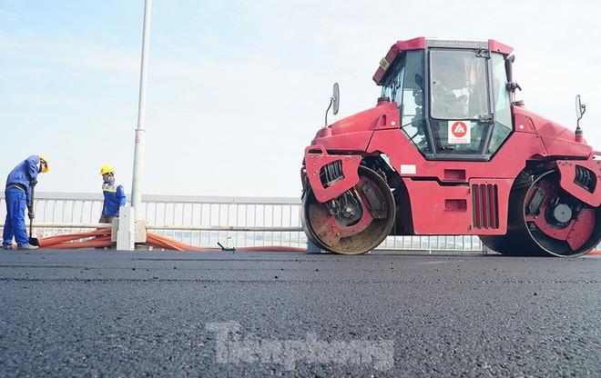 Cận cảnh đại công trường sửa chữa mặt cầu Thăng Long trước ngày thông xe - Ảnh 9.