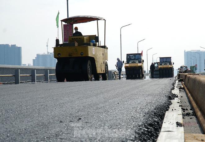 Cận cảnh đại công trường sửa chữa mặt cầu Thăng Long trước ngày thông xe - Ảnh 10.
