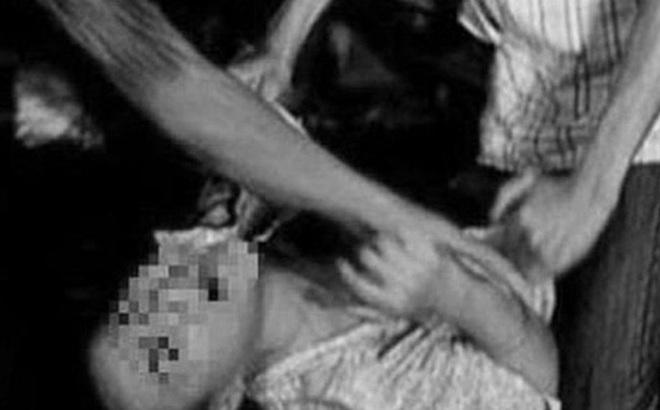 Đang ngủ thì chồng bị 5 người đàn ông bắt trói rồi chứng kiến cảnh vợ bị cưỡng hiếp trong đêm khuya gây chấn động dư luận