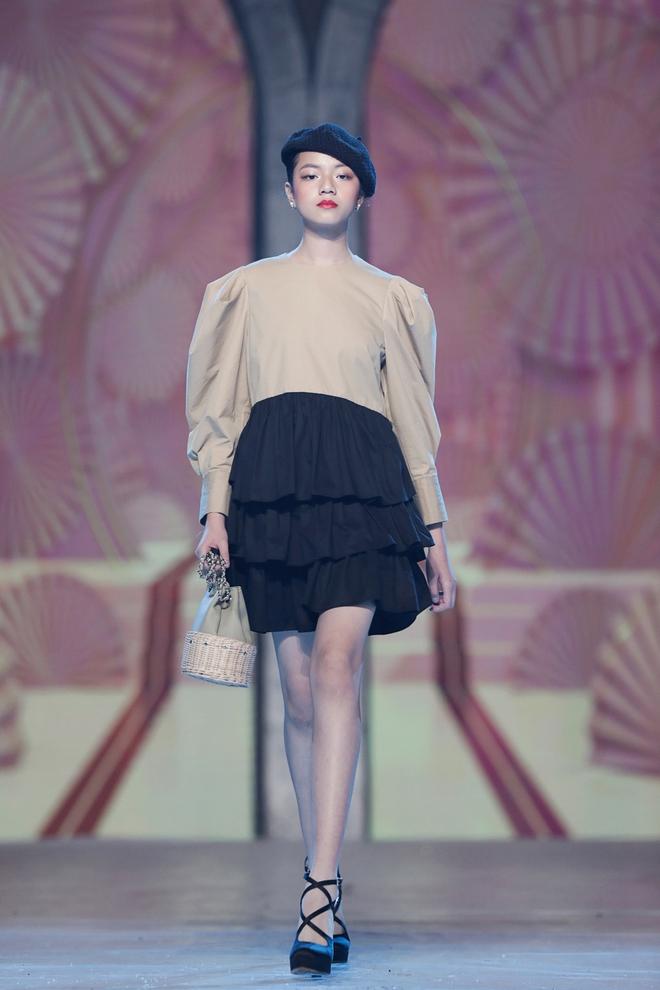 Nhan sắc của Lily Trương trên sàn catwalk - Ảnh 1.