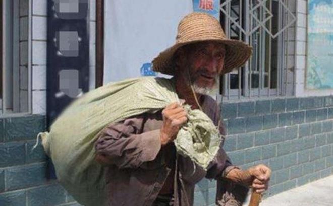 Ông lão nhặt được tấm vải vụn ngoài Tử Cấm Thành, bán được 20 NDT - Giá trị thật của nó là 400 triệu NDT