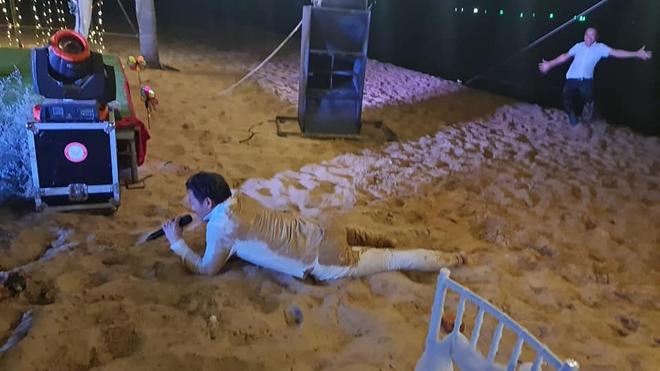 Quý Bình bị nhóm bạn ném xuống biển tại tiệc báo hỷ với vợ doanh nhân - Ảnh 3.