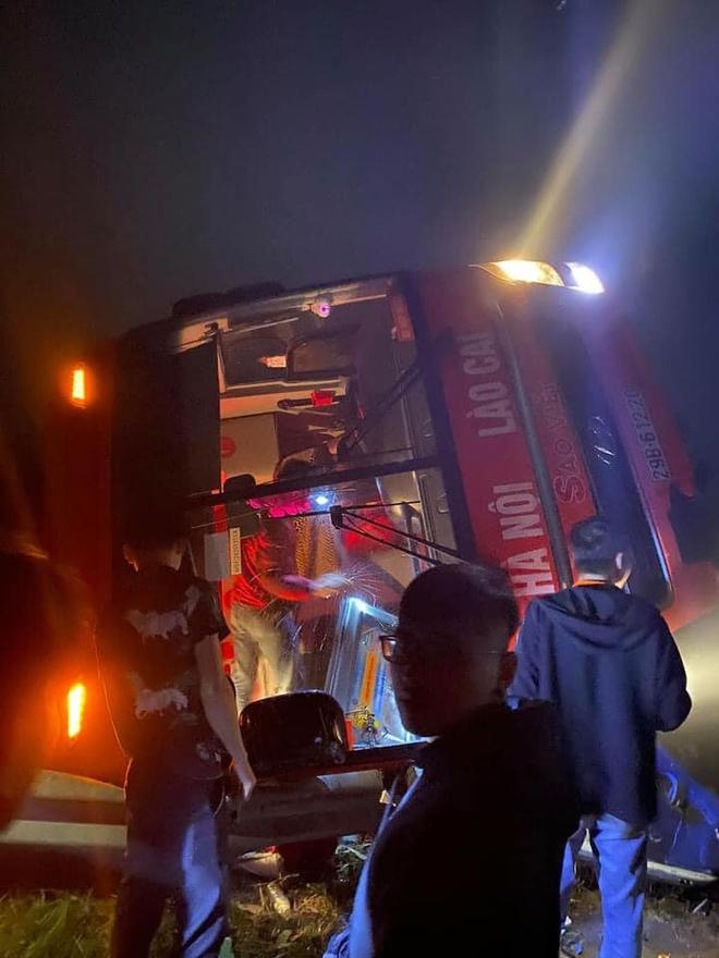Xe giường nằm Sao Việt lao ra khỏi cao tốc Nội Bài - Lào Cai, lật nghiêng, 9 khách may mắn thoát nạn - Ảnh 1.