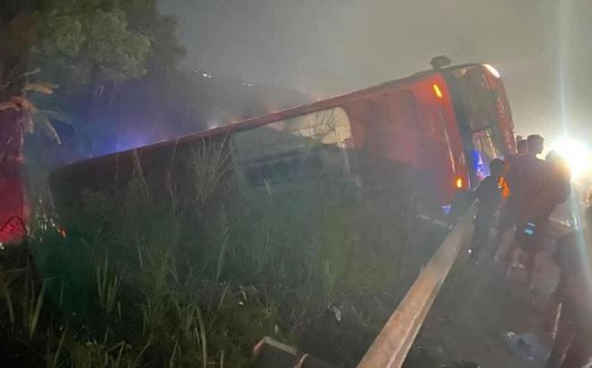 Xe giường nằm Sao Việt lao ra khỏi cao tốc Nội Bài - Lào Cai, lật nghiêng, 9 khách may mắn thoát nạn