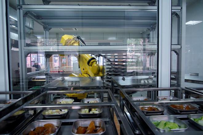 24h qua ảnh: Robot chuẩn bị bữa trưa trong trường học ở Trung Quốc - Ảnh 2.