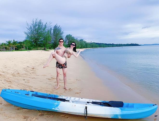 Khánh My diện bikini nóng bỏng, khoe vẻ tình tứ bên bạn trai kém 3 tuổi - Ảnh 4.